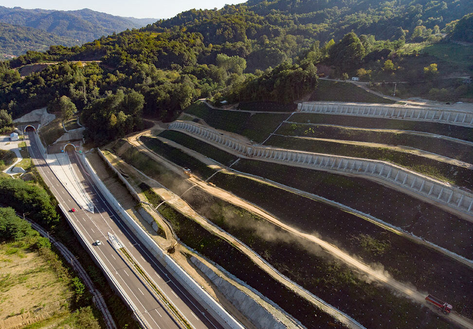 Execution of the part of works on the new stabilization of the Cut 5 from km 879+350 to km 879+775 within the Project of construction of the motorway E75, Section: Grdelica (Gornje Polje) – Caričina dolina, LOT 1: road and bridges from Grdelice to the tunnel Predajane (Serbia)